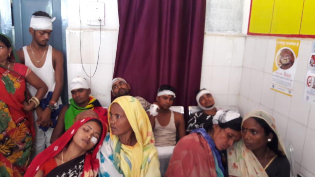 पीड़ित परिवार द्वारा पूछने पर दबंगों ने आधा दर्जन लोगों को भी मारपीट कर लहुलूहान कर दिया